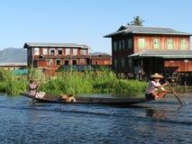 Femmes sur le canoë   Photographie stock libre de droits
