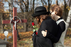 Femmes sur le cimetière Photographie stock libre de droits