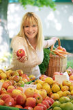 Femmes sur le marché de fruit Photo stock