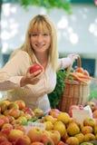 Femmes sur le marché de fruit Photographie stock libre de droits