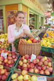 Femmes sur le marché de fruit Images libres de droits