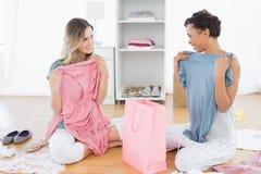 Femmes sur le plancher avec les vêtements et le panier Photographie stock
