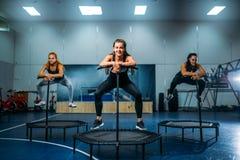 Femmes sur le trempoline dans le mouvement, formation de forme physique photos libres de droits