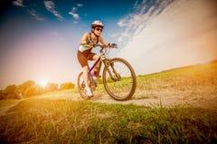 Femmes sur le vélo photographie stock