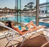 Femmes sur un canapé du soleil Photographie stock libre de droits