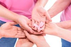 Femmes tenant des mains avec le ruban image stock