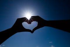 Femmes tenant des mains dans une forme de coeur Image libre de droits