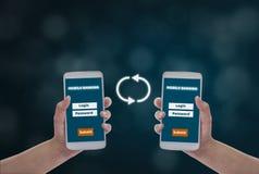 Femmes tenant des smartphones en main pour faire ? transactions financi?res en ligne, sur un fond bleu de bokeh, des achats encai illustration libre de droits