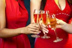 Femmes tenant des verres de champagne Images libres de droits