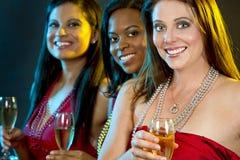 Femmes tenant des verres de champagne Photographie stock