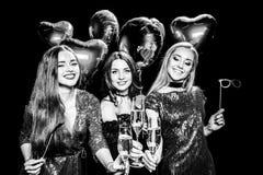 Femmes tenant des verres de champagne Photographie stock libre de droits