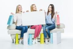 Femmes tenant la carte vierge Images stock