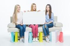 Femmes tenant la carte vierge Photo stock