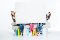 Femmes tenant la carte vierge Photographie stock