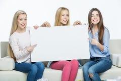 Femmes tenant la carte vierge Photographie stock libre de droits