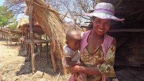 Femmes tenant le bébé sur des bras tout en faisant des emplettes sur le marché clips vidéos