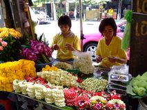 Femmes thaïes vendant les fleurs bouddhistes, Thaïlande. Images stock