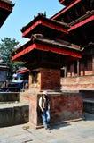 Femmes thaïlandaises de voyageur dans la place de Basantapur Durbar à Katmandou Népal Photographie stock