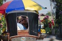 Femmes thaïlandaises de voyageurs posant avec le chariot hippomobile avant tou Image stock