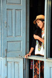 Femmes thaïlandaises en Tai Ta Ya Monastery ou sao Roi Ton Temple photographie stock libre de droits
