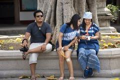Femmes thaïlandaises et hommes s'asseyant pour détendre après la visite et le respect de voyage priant un dieu chinois et ange de images libres de droits
