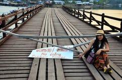 Femmes thaïlandaises s'asseyant sur le pont cassé de lundi dans Sangkhl Photo stock