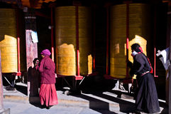 Femmes tibétaines et roues de prière bouddhistes Photo libre de droits