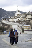 Femmes tibétaines non identifiées marchant en avant au stupa photo stock