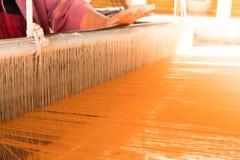 Femmes tissant la soie traditionnelle de la Thaïlande Image stock