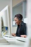 Femmes travaillant au centre d'attention téléphonique Photos stock