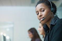 Femmes travaillant au centre d'attention téléphonique Image libre de droits