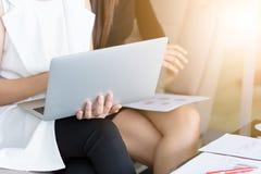 Femmes travaillant ensemble et tenant un ordinateur portable dans l'interi de bureau Photo libre de droits