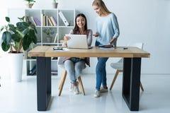 Femmes travaillant ensemble, intérieur de bureau Deux collègues féminins dans le bureau images stock