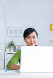 Femmes travaillant sur l'ordinateur portatif Photos stock