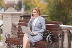 Femmes travaillantes d'affaires avec l'ordinateur portable Image stock
