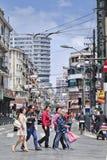 Femmes traversant la rue dans le secteur dense, Changhaï, Chine Image libre de droits