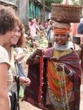 Femmes tribals de Bonda et touristes occidentaux Image stock