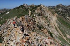 Femmes trimardant en montagnes Images libres de droits