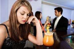 Femmes tristes et couples heureux à l'arrière-plan Photographie stock libre de droits