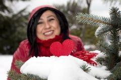 Femmes turques d'une chevelure noires regardant le coeur rouge et célébrant seule la Saint-Valentin Photo libre de droits