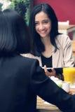 Femmes urbaines se réunissant dans un restaurant Image stock