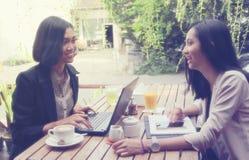 Femmes urbaines se réunissant en café Photographie stock libre de droits