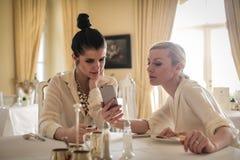 Femmes utilisant le smartphone Photographie stock