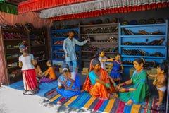 Femmes vendant des bracelets, musée de sculpture, maths de Kaneri, Kolhapur, maharashtra photo stock