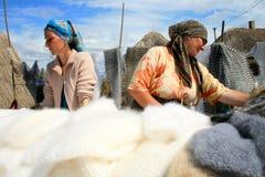 Femmes vendant des châles de plume Image libre de droits
