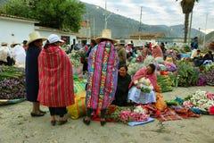Femmes vendant la fleur dans Caraz, Pérou Photo stock