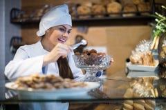 Femmes vendant les tartes et la pâtisserie douce image libre de droits