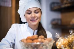 Femmes vendant les tartes et la pâtisserie douce Photo libre de droits