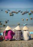 Femmes vietnamiennes attendant des bateaux de pêche Photos libres de droits