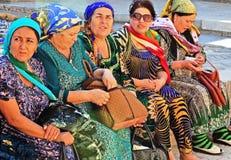 femmes Vieux-âgées portant les robes nationales d'Ouzbékistan photos libres de droits